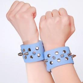 Голубые напульсники с шипами и заклепками